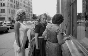 1957 / by Sam SHAW (shopping pour MILLER à New-York).
