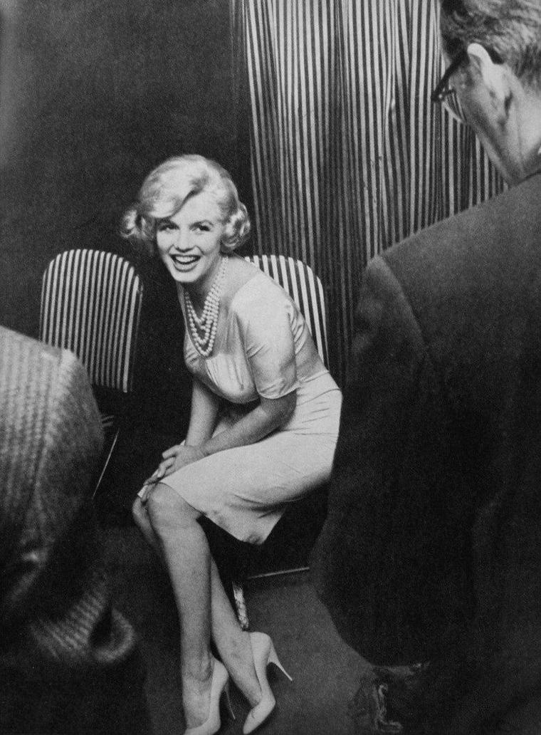 1959 / by Manfred LINUS KREINER (press conference, Ambassador East-Hotel, Chicago). / Marilyn arriva à Chicago pour la tournée promotionnelle de « Some like it hot » à l'Ambassador East où un déjeuner fut offert. Marilyn se montra charmante avec la presse.
