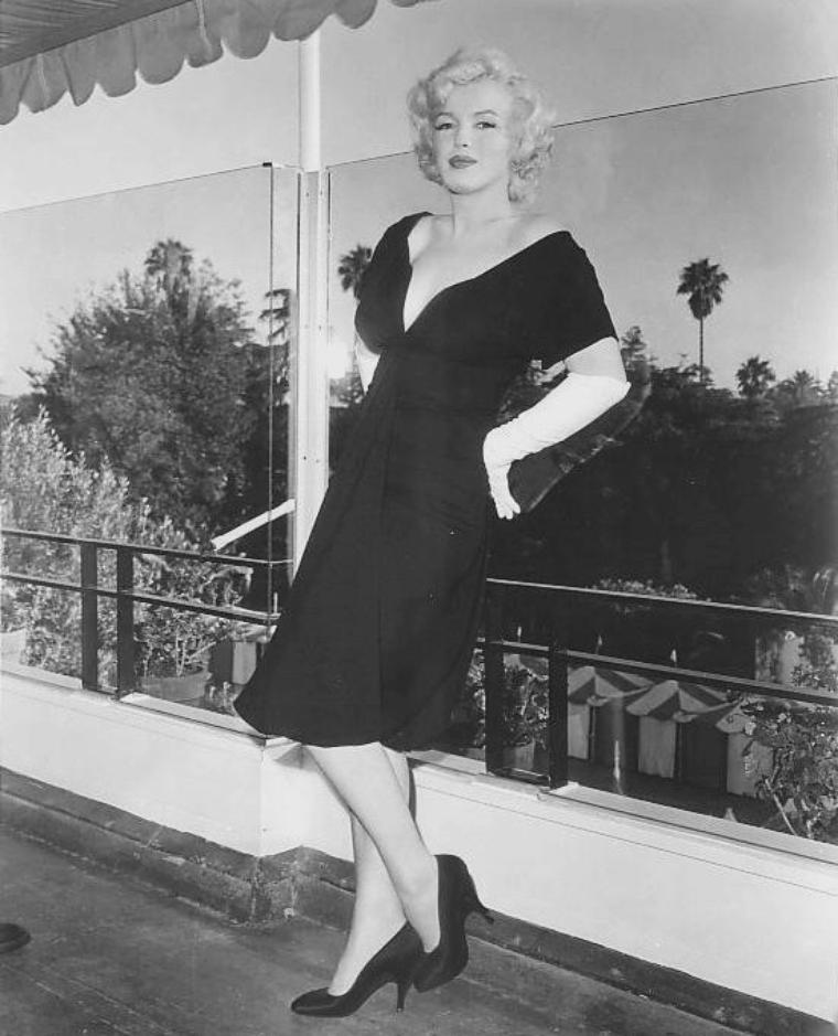 """1958 / by Earl LEAF... (Conférence de presse pour la sortie du film """"Some like it hot"""") / Marilyn et May REIS furent envoyées au Beverly Hills Hotel pour une conférence de presse à laquelle  participaient également Billy WILDER  et les vedettes masculines du film, Tony CURTIS, Jack LEMMON et George RAFT. La journaliste Louella PARSONS était  également présente."""