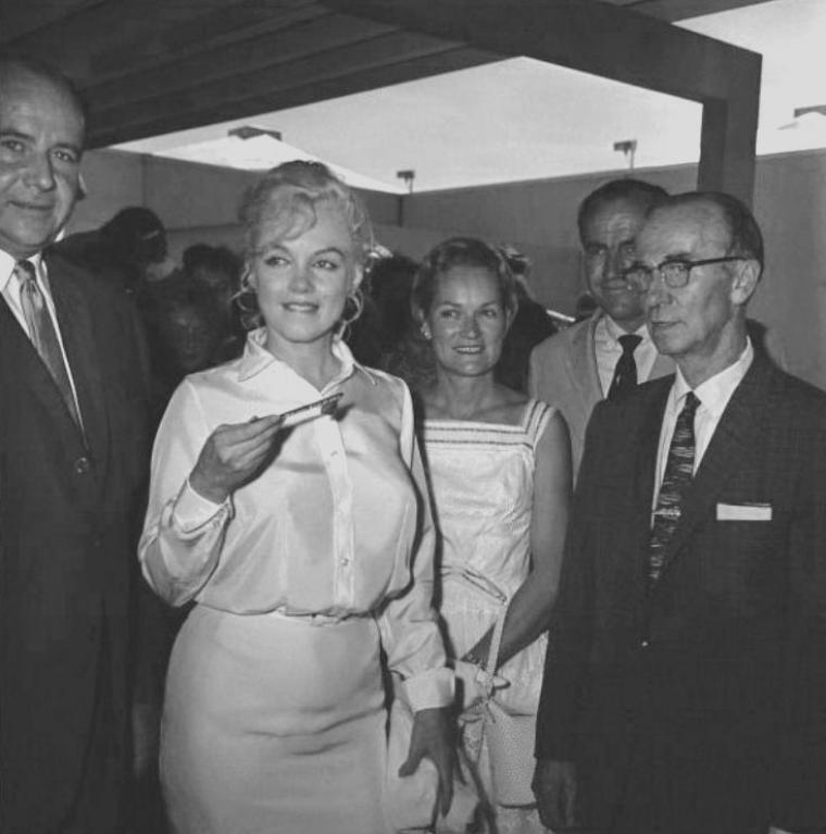 1960 / Marilyn arriva à Reno (Nevada) à 14 heures 45 dans un DC-7,  pour débuter le tournage des extérieurs de « The misfits ». Arthur MILLER l'attendait à l'aéroport. Elle était vêtue d'un chemisier de soie blanche et d'une jupe blanche dont la fermeture éclair saillait dans le dos, et était coiffée d'une perruque blond platine qu'elle avait l'intention de porter dans le film. A son arrivée elle souffrit de douleurs abdominales et de vomissements ; elle était physiquement et moralement épuisée (elle n'avait eu que deux semaines de repos entre le tournage de « Let's make love » et celui-ci). Les relations entre Marilyn et MILLER avaient atteint leur point de rupture. Dans son autobiographie, MILLER écrivit : « Dès le commencement de « The misfits » il me fut impossible de nier que, s'il existait une clé pour le désespoir de Marilyn, ce n'était pas moi qui la possédais ». Les MILLER logèrent à l'hôtel Mapes, chambre 614, où la moitié des chambres était occupée par l'équipe du film.