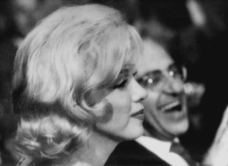 1959 / KHROUCHTCHEV... Marilyn, à la demande de Spyros SKOURAS, était à Los Angeles. MILLER ne l'accompagnait pas. Il avait pensé que s'il l'accompagnait, cela ne ferait que réveiller ses rancoeurs politiques. Ce fut donc Frank TAYLOR (ami et éditeur de MILLER) qui accompagna Marilyn ce soir-là. La Fox organisa un banquet donné au Café de Paris en l'honneur de Nikita  KHROUCHTCHEV, premier secrétaire du Parti  Communiste soviétique, venu visiter les studios de la Fox. Frank SINATRA  fut le maître de cérémonie. Les invités furent, outre des directeurs de studio (Buddy ADLER) et des journalistes, Elizabeth TAYLOR, Debbie REYNOLDS, Judy GARLAND et Kim NOVAK. Marilyn arriva au bras de George CUKOR, pour faire la promotion de leur prochain film, « Let's make love ». C'est à cette occasion qu'elle revit Billy WILDER (avec qui elle n'avait plus eu de contacts depuis le tournage de « Some like it hot » en 1958) et que leurs relations se dégelèrent.