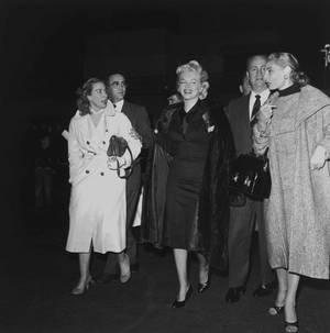 1956 / Avec Milton GREENE, Marilyn partit pour Hollywood pour débuter le tournage de « Bus stop » . Le studio avait acheté les droits du film, et ce fut Joshua LOGAN, l'un des seize réalisateurs de sa liste, qui devait la diriger. Elle dut commencer le travail de pré production à la Fox le lundi 27 février. Amy, Milton GREENE et Joshua leur fils de deux ans, ainsi qu'Irving STEIN l'accompagnèrent. Cela faisait plus d'un an qu'elle n'était pas revenue à Hollywood. Un accueil tumultueux l'attendait : des centaines de journalistes étaient présents, et il y avait une telle foule, qu'elle ne put sortir de l'aéroport qu'au bout de deux heures ; elle fit une conférence de presse au sein de l'aéroport.