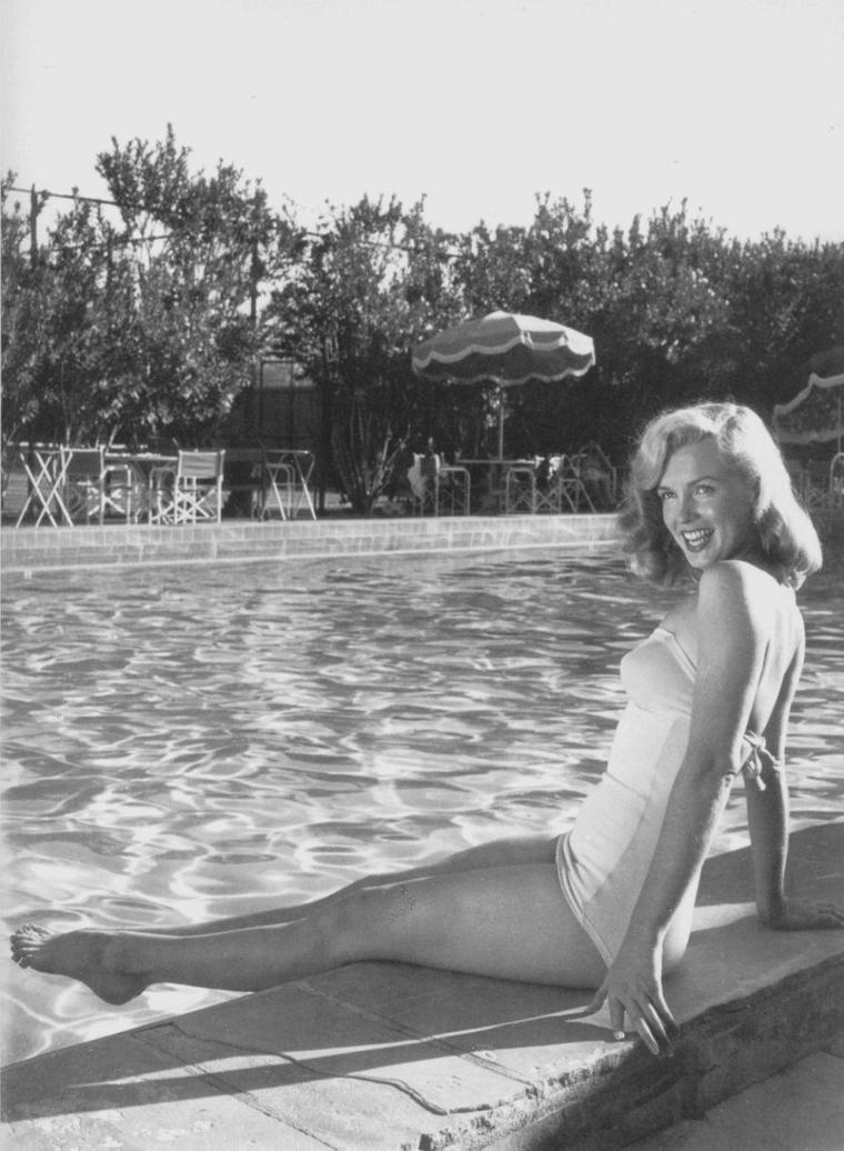 1949 / Agent Johnny HYDE / Il avait 53 ans et rencontra Marilyn : John CARROLL lui présenta Marilyn à une soirée du Racquet Club Resort Hotel de Palm Springs où ils firent connaissance à un réveillon du nouvel an chez le producteur Sam SPIEGEL ; à la fin de la soirée HYDE aurait invité Marilyn à Palm Springs pour discuter de sa carrière. De rendez-vous en soirées passées ensemble, il tomba follement amoureux de Marilyn. C'était l'archétype du protecteur, celui qui grâce à ses brillantes relations, pouvait donner les orientations nécessaires à la carrière naissante de Marilyn.
