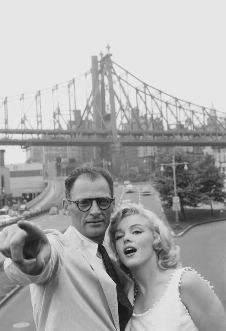 1957 / by Sam SHAW... Marilyn et Arthur en ballade à New-York.