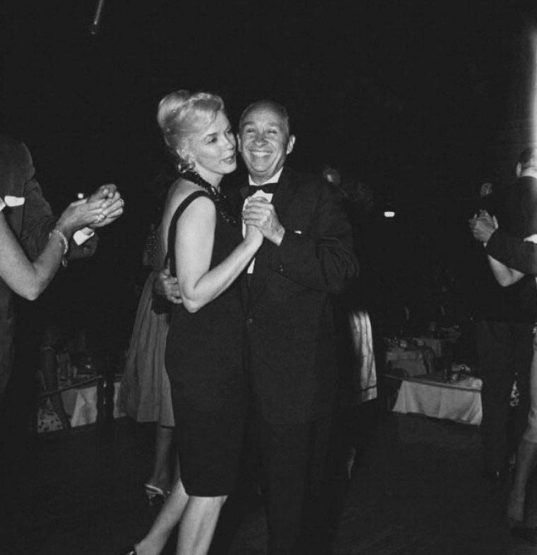 1960 / SINATRA invita Marilyn, MILLER et les principaux acteurs de «The misfits» à la première de son spectacle au  Cal Neva Lodge près du lac Tahoe. SINATRA était en train d'acheter le Cal Neva Lodge avec Sam GIANCANA (patron de la Mafia) et Milton RUDIN (son avocat). Le directeur était Paul SKINNY D'AMATO, qui avait tenu, pour GIANCANA, le « Thunderbird » à La Havane.