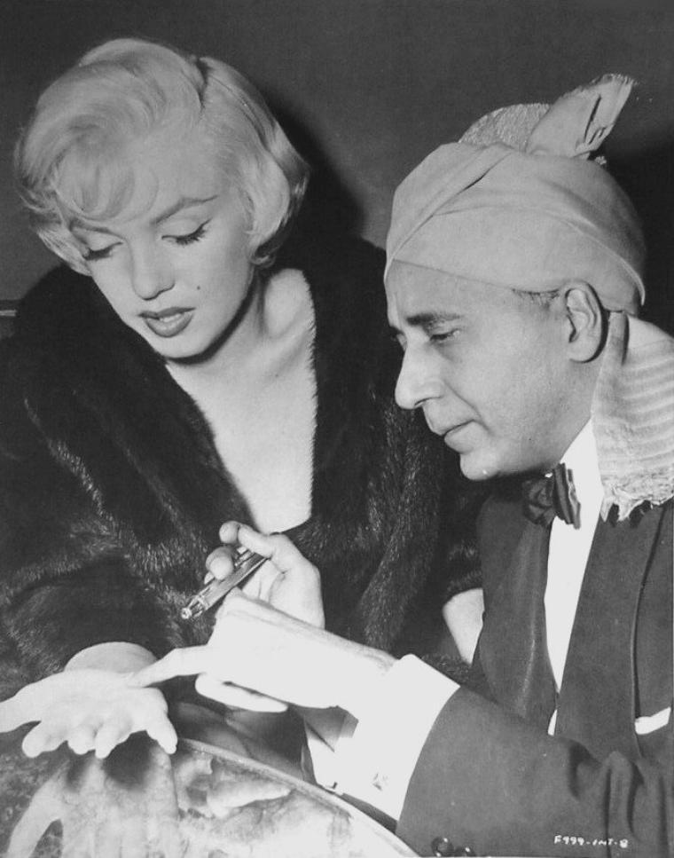 """1954 / Marilyn était une personne très spirituelle qui attachait de l'importance autant à l'astrologie qu'à la voyance. Lors d'une interview de Maria ROMERO au """"Beverly-Hills Hotel"""" le 2 décembre 1954 , où elle est accompagnée de Robert WAGNER, la star se fait lire les lignes de la main par le médium Hassan."""