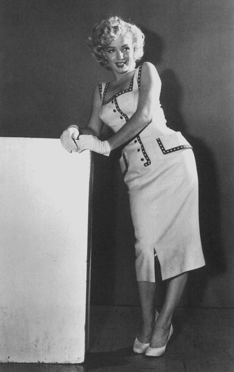 """1952 / Marilyn à Atlantic-City visite un hôpital pour enfants et pose en fin de journée pour le magazine """"Sunday News""""."""