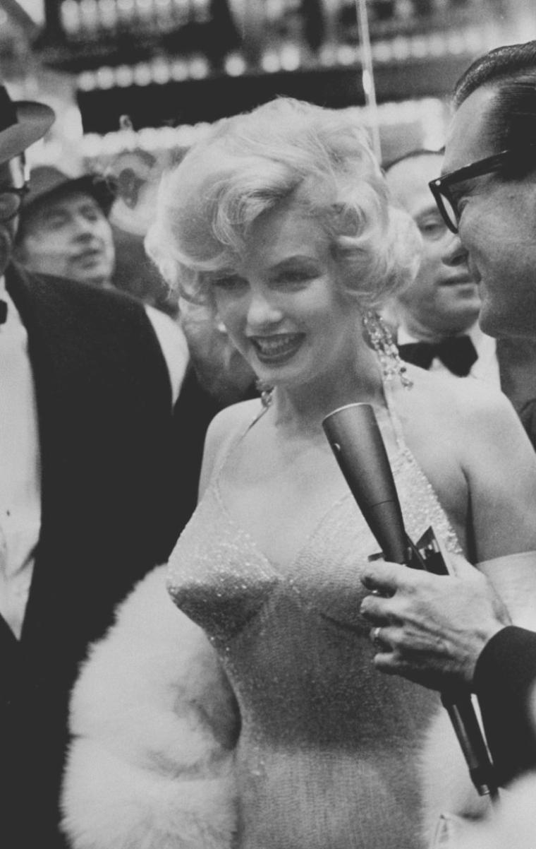 "29 Mars 1959 by Henri DAUMAN and James HASPIEL / Sortie de « Some like it hot ». La première eut lieu au ""Lowe's Capitol Theater"" à New-York. Pour fêter la sortie du film, les STRASBERG donnèrent une réception dans leur appartement."
