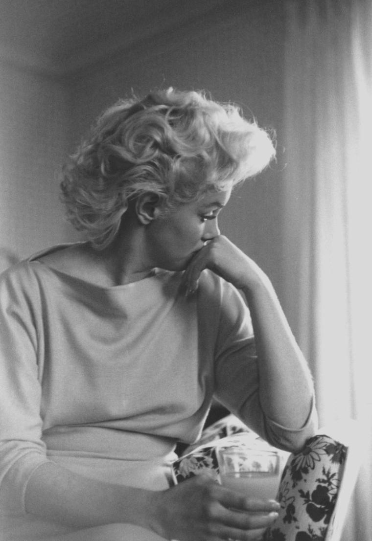 "1955 / by Ed FEINGERSH... Marilyn dans sa chambre à ""L'Ambassador Hotel""."