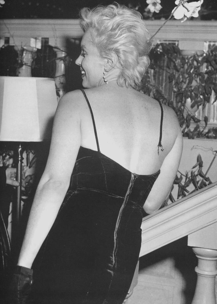 """9 Février 1956 / by Earl LEAF... Se tint dans la """"Terrace room"""" du """"Plaza Hotel"""", une conférence de presse pour annoncer, avec Marilyn et Laurence OLIVIER, Terence RATTIGAN et Milton GREENE, leur production de « The sleeping prince ». Les deux acteurs se congratulèrent mutuellement devant plus de 150 journalistes et photographes. Il s'agissait d'un événement majeur qui allait réunir un grand tragédien anglais et le plus grand sex-symbol de l'Amérique. Bien qu'elle ait nié toute préméditation, Marilyn orchestra l'événement à la perfection, volant la vedette au « plus grand acteur vivant au monde », lorsqu'elle se pencha en avant et que l'une des bretelles de sa robe (créée par John MOORE) cassa net (un truc que les agents de publicité de la Fox lui avait semble-t-il appris à ses débuts). Les photographes devinrent fous. On lui procura en hâte une épingle à nourrice, mais la bretelle céda encore deux fois, devant des journalistes et photographes ravis  de l'incident."""