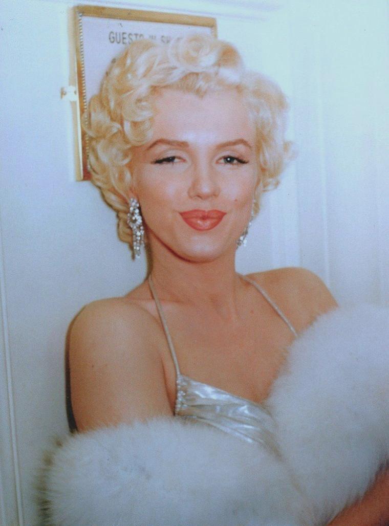 """1954 / Le 9 mars 1954, Marilyn reçoit le """"Photoplay Magazine Award"""" (""""Le prix du magazine Photoplay"""") de """"The Most Popular Actress of 1953"""" (""""La meilleure actrice populaire de l'année 1953"""") pour ses rôles dans «Gentlemen prefer blondes» (""""Les Hommes préfèrent les blondes"""") et «How to marry a millionaire» (""""Comment épouser un millionaire""""). La remise de prix eut lieu dans une salle du """"Beverly Hills Hotel""""."""