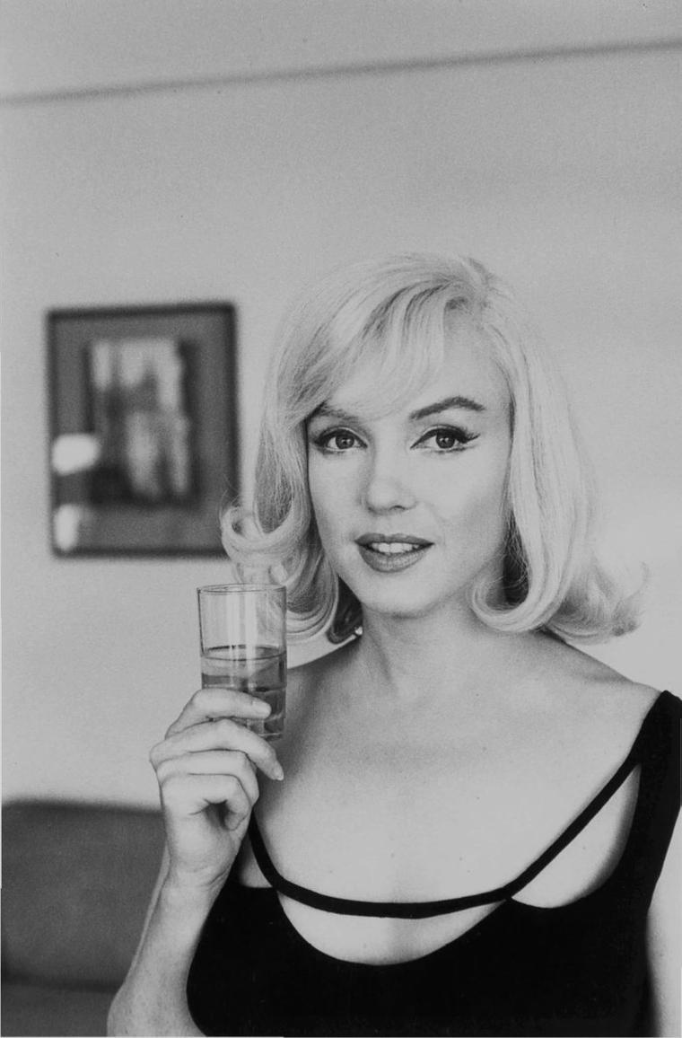 """1960 / by Inge MORATH... Marilyn et Arthur dans leur chambre d'hôtel à Reno, pour le tournage du film """"The misfits""""."""