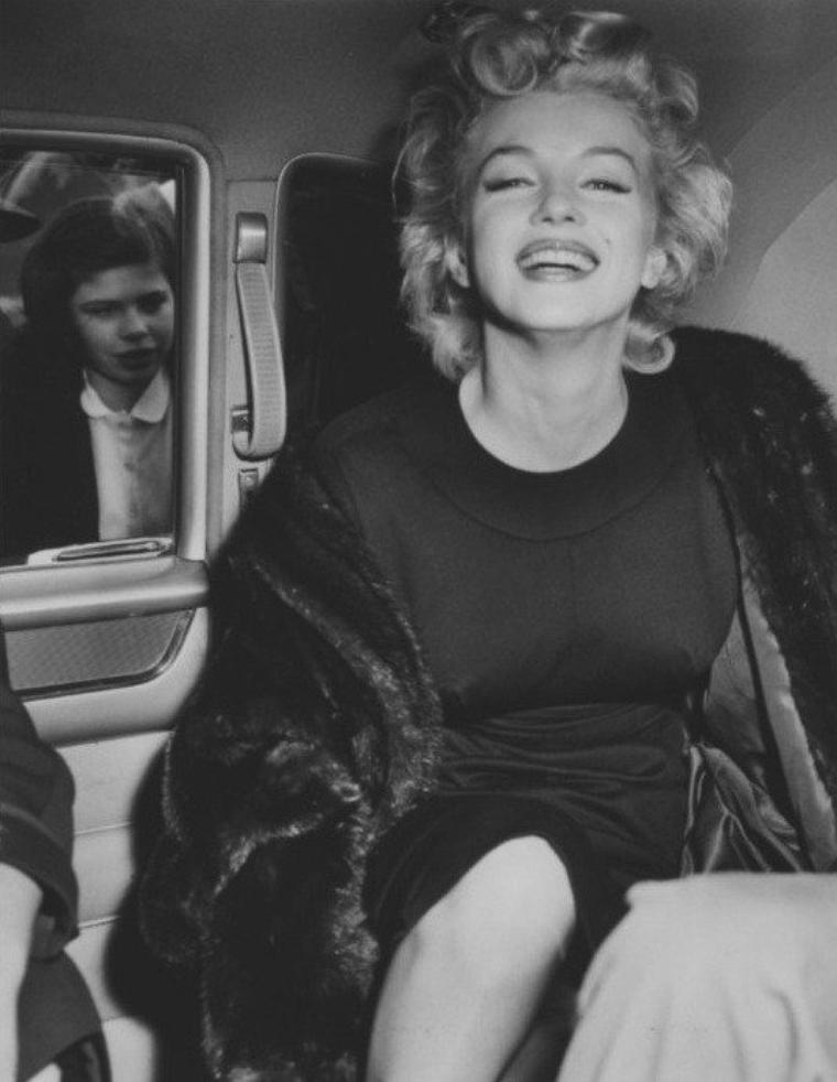 """1956 / Le 1er juin 1956, Marilyn fête ses 30 ans. Le réalisateur de """"Bus Stop"""" (Arrêt d'Autobus), Joshua LOGAN, organise une réception au """"Beverly Hills Hotel"""" de Los Angeles, où est convié le Président de L'Indonésie SUKARNO. La fête était donnée en l'honneur du beau-frère de LOGAN, Marshall NOBLE, qui voyageait avec 62 indonésiens, dont le Président, afin de leur faire découvrir les studios d'Hollywood. Et le Président SUKARNO a tenu à rencontrer Marilyn, qui est l'une de ses actrices préférées. Dans la soirée, Marilyn, accompagnée de Milton GREENE, prend l'avion à Los Angeles, direction New York. Sur le tarmac de l'aéroport, de nombreux journalistes sont présents pour la questionner sur le type de relation qu'elle entretient avec Arthur MILLER. En guise de réponse, elle se contente de leur envoyer un baiser. Les journalistes vont lui offrir un petit gâteau à la crème dans sa limousine pour lui souhaiter son anniversaire."""