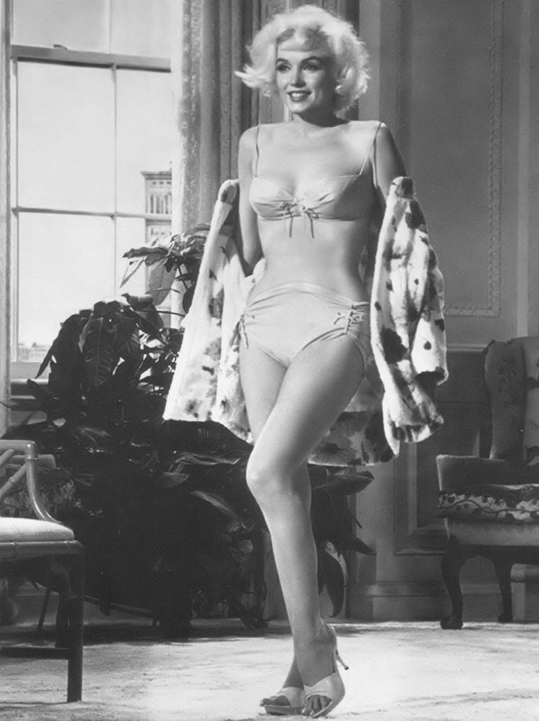 """1962 / Essais maillot pour """"Something's got to give"""". (Marilyn décédait 4 mois après cet essayage)."""