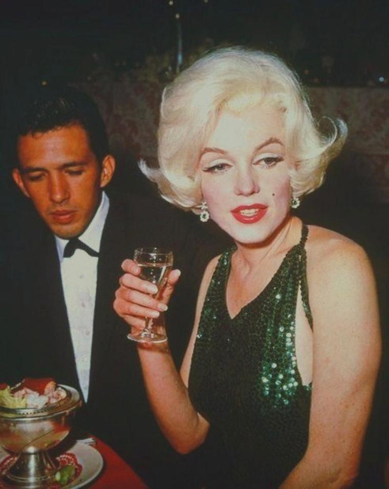 """1962 / Le 5 mars 1962, Marilyn reçoit le """"Golden Globe"""" de """"L'actrice préférée dans le monde durant l'année 1961"""" (""""The World Film Favs"""") à la 19ème cérémonie des Golden Globes Awards. Les Golden Globes sont des trophées remis chaque année par """"l'association hollywoodienne de la presse étrangère"""" (""""The Hollywood Foreign Press Association"""") depuis 1944. Ils récompensent les meilleurs films, les meilleures ½uvres de fiction télévisuelles et les meilleurs professionnels du cinéma et de la télévision. Les récompenses attribuées sont souvent considérées comme les prémisses des Oscars. C'est l'acteur Rock HUDSON, chargé de l'animation de la soirée, qui remit le Golden Globe à Marilyn sur scène avant de partager l'enthousiasme de l'actrice dans les coulisses avec l'acteur Charlton HESTON, qui fut aussi récompensé par le prix d'équivalent masculin de la catégorie de Marilyn. Marilyn avait beaucoup bu ce soir là, et la star se montra particulièrement joyeuse tout au long de la cérémonie et durant la réception qui s'en suivie; et c'est en titubant qu'elle alla chercher son prix sur la scène: l'émission qui était enregistrée pour être diffusée en différée -quelques jours plus tard- préféra couper au montage le passage où Marilyn reçut son prix. Marilyn est accompagnée de son nouveau compagnon du moment, le jeune acteur Mexicain, Jose BOLANOS."""