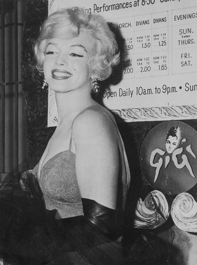 """1958 / Marilyn se rend à la Première de la pièce de théâtre """"Gigi""""."""