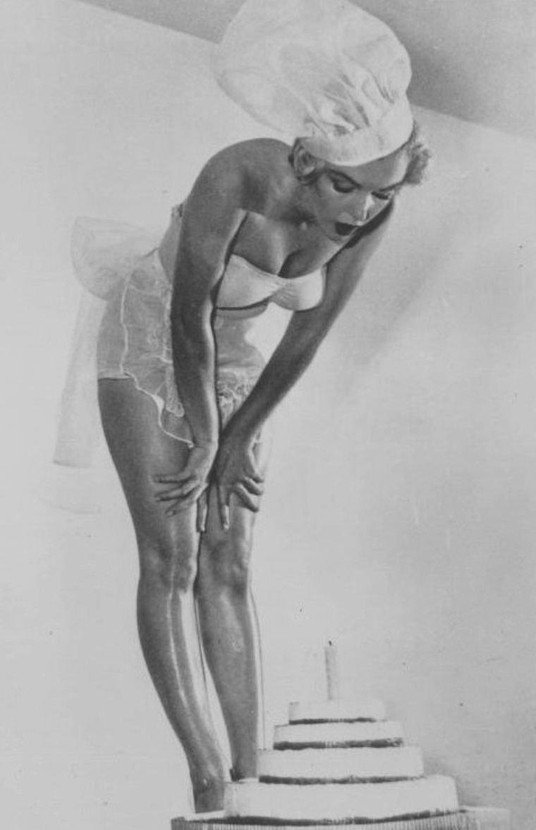 """1951 / Marilyn, « Miss Cheesecake 1952 » par le magazine """"Stars ans Stripes"""" (un journal de l'armée), participa à une soirée donnée en l'honneur de Michaël GASZYNSKI, un diplomate polonais qui fêtait ce soir là son obtention de la citoyenneté américaine. A cette occasion, elle fut photographiée au magasin """"Farmer's Market"""" à Hollywood."""