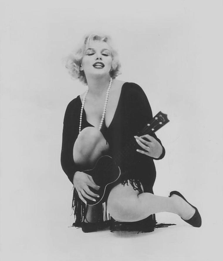 "1959 / Photos publicitaires de Marilyn et son ukulélé pour ""Some like it hot""."