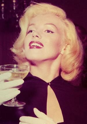 1953 / C'est dans une librairie que Marilyn débute la journée sous l'objectif d'Andre De DIENES, pour ensuite rejoindre les convives, tel son ami journaliste Sidney SKOLSKY, au mariage de la chroniqueuse Sheila GRAHAM dont elle est l'invitée d'honneur.