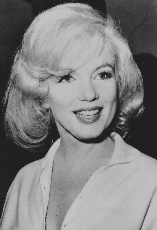 """1961 / Le 5 mars 1961 à New York, Marilyn quitte le """"Columbia Presbyterian Medical Center"""" épaulée de Patricia NEWCOMB (son attachée de presse), de May REIS (sa secrétaire) et escortée de vigiles et de policiers; après une hospitalisation de près de quatre semaine. Malgré la foule de journalistes qui se précipita sur Marilyn, ne respectant pas sa vie privée et son état de santé, elle resta toujours souriante et disponible, répondant aux interviews et déclarant: """"I feel wonderful."""" Elle regagna en voiture son appartement new-yorkais sur la 57ème rue."""