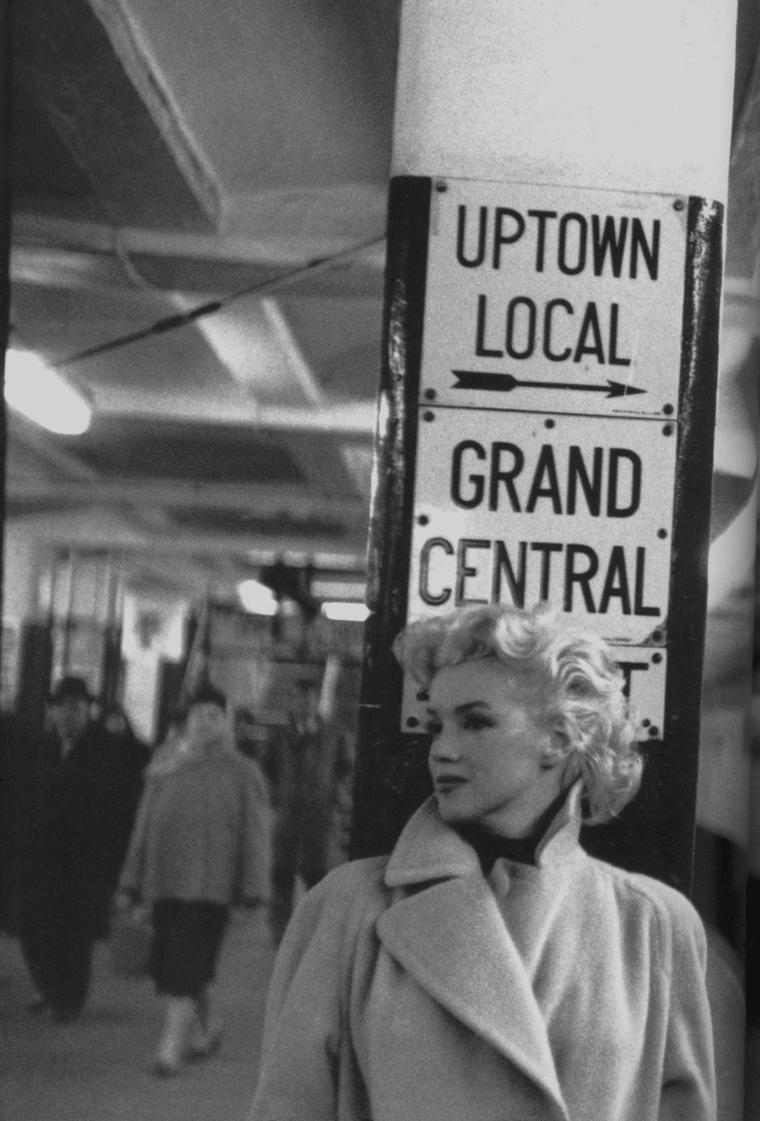 1955 / by Ed FEINGERSH... Marilyn dans le métro new-yorkais.