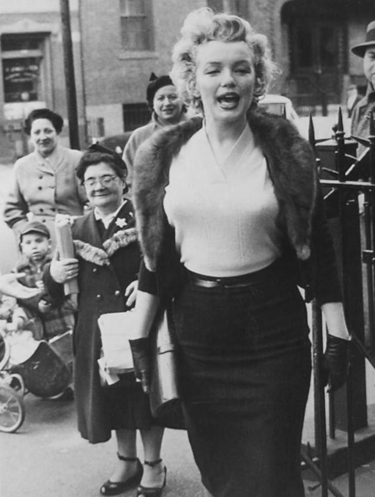 """1956 / Marilyn se rend à l'Actors Studio pour faire la promotion de """"Baby Doll"""", où elle jouera les ouvreuses, dont les bénéfices iront à la fameuse école d'Art dramatique..."""
