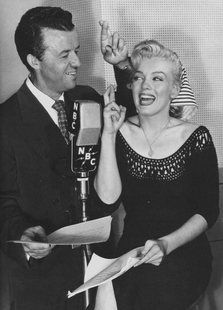 """1952 / Le 21 août 1952 Marilyn enregistre à l'émission de radio """"Statement in full"""" sur la station NBC un spécial """"Hollywood Star Playhouse"""" en différé. On lui fait visiter les locaux de la station radio qui se trouve à Manhattan, dans New-York, et on lui montre le fonctionnement de l'enregistrement d'une émission, avec toutes les techniques et matériels utilisés. Quand à l'émission, elle sera diffusée sur les ondes dix jours plus tard, le 31 août."""