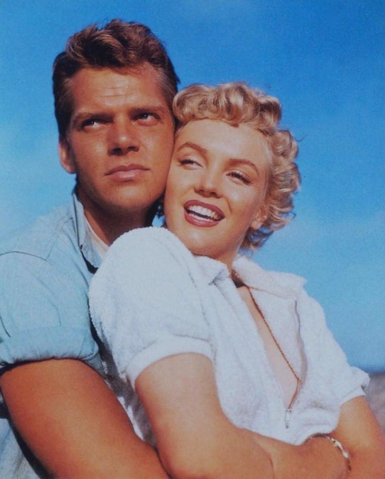 "1952 / Marilyn et Keith ANDES pour des photos publicitaires du film ""Clash by night""."