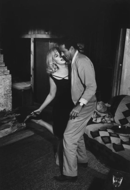 """1960 / by Inge MORATH... Scène du film """"The misfits""""où Marilyn danse avec Eli WALLACH."""