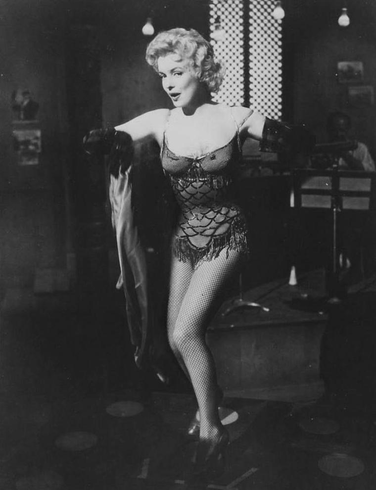 "1956 / Scène du film ""Bus stop"" où Marilyn chante ""That old black magic""..."