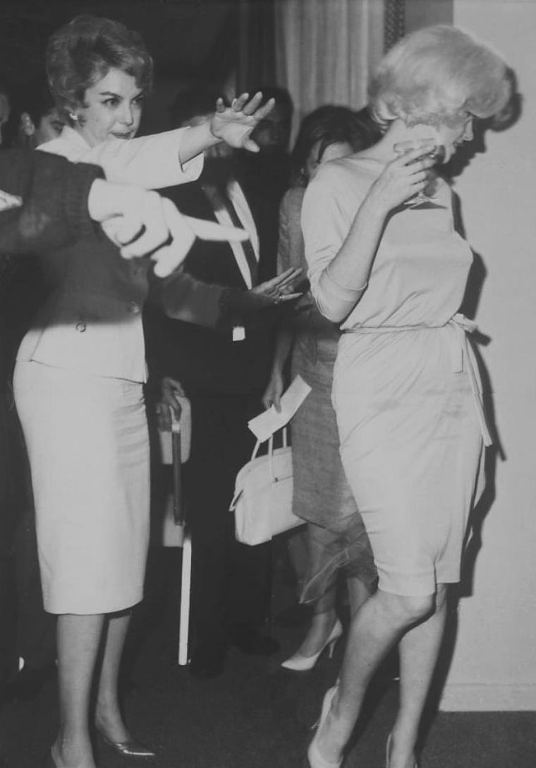 """1962 / Mexico / Marilyn fit une conférence de presse au """"Grand Ball Room"""" du """"Continental HILTON Hotel"""" de Mexico. A cette occasion elle portait une robe verte de chez PUCCI et une écharpe en mousseline verte, vêtements qu'elle portera pour son enterrement. La conférence de presse fut suivie d'un cocktail. Marilyn se rendit souvent au Mexique afin d'y acheter des meubles et autres bibelots pour sa nouvelle maison de Brentwood à Bevely-Hills,  au style hacienda."""