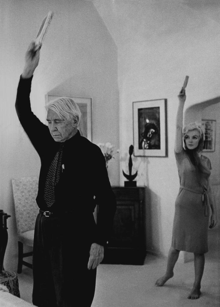 1962 / by Arnold NEWMAN...  Marilyn accepta à contrec½ur le film que lui proposait la Fox ; elle n'aurait jamais tourné ce film si GREENSON ne l'avait pas convaincue. Il était très impliqué dans divers aspects de la production. Dans le courant du mois, la Fox lui envoya le scénario de « Something's got to give », accompagné d'un courrier expliquant que le scénario avait été remanié spécifiquement pour elle et qu'il  n'était pas encore définitif. Elle assista à une soirée donnée chez Henry WEINSTEIN, futur producteur de « Something's got to give », à laquelle assistait  également le poète Carl SANDBURG.