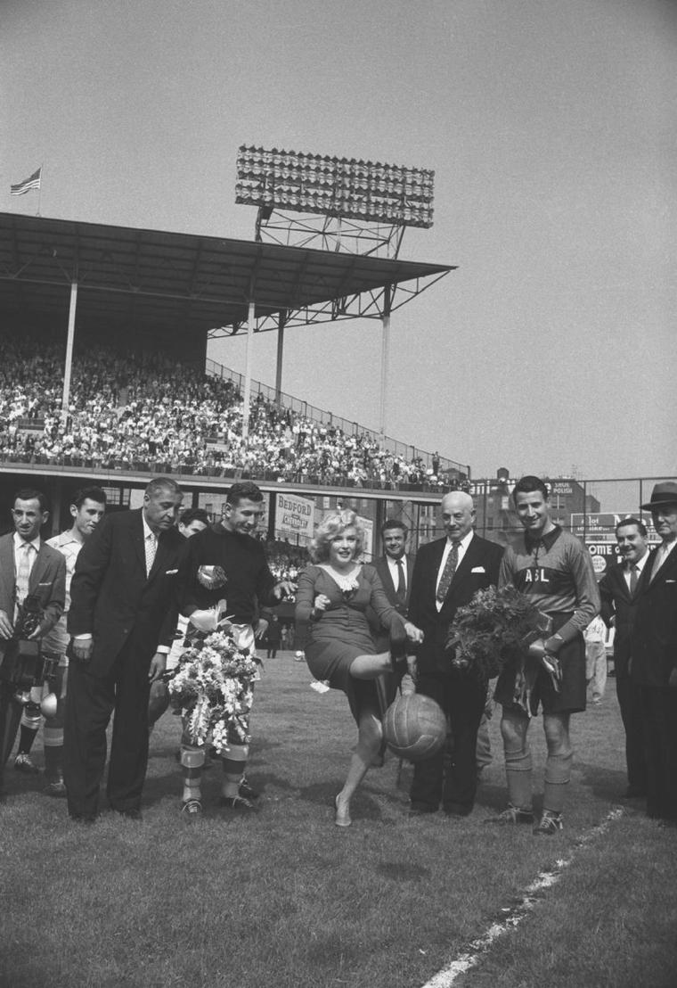 1957 / Coup d'envoi du match de football à Ebbets Field, du match U.S.A. / ISRAËL (part 2, voir TAG).