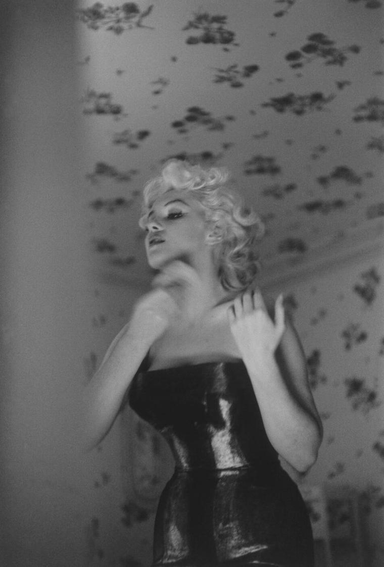 """1955 / by Ed FEINGERSH... Marilyn dans sa chambre de """"L'Ambassador Hotel"""" se prépare pour une soirée au théâtre. Elle n'omet pas de sortir sans son CHANEL n° 5."""