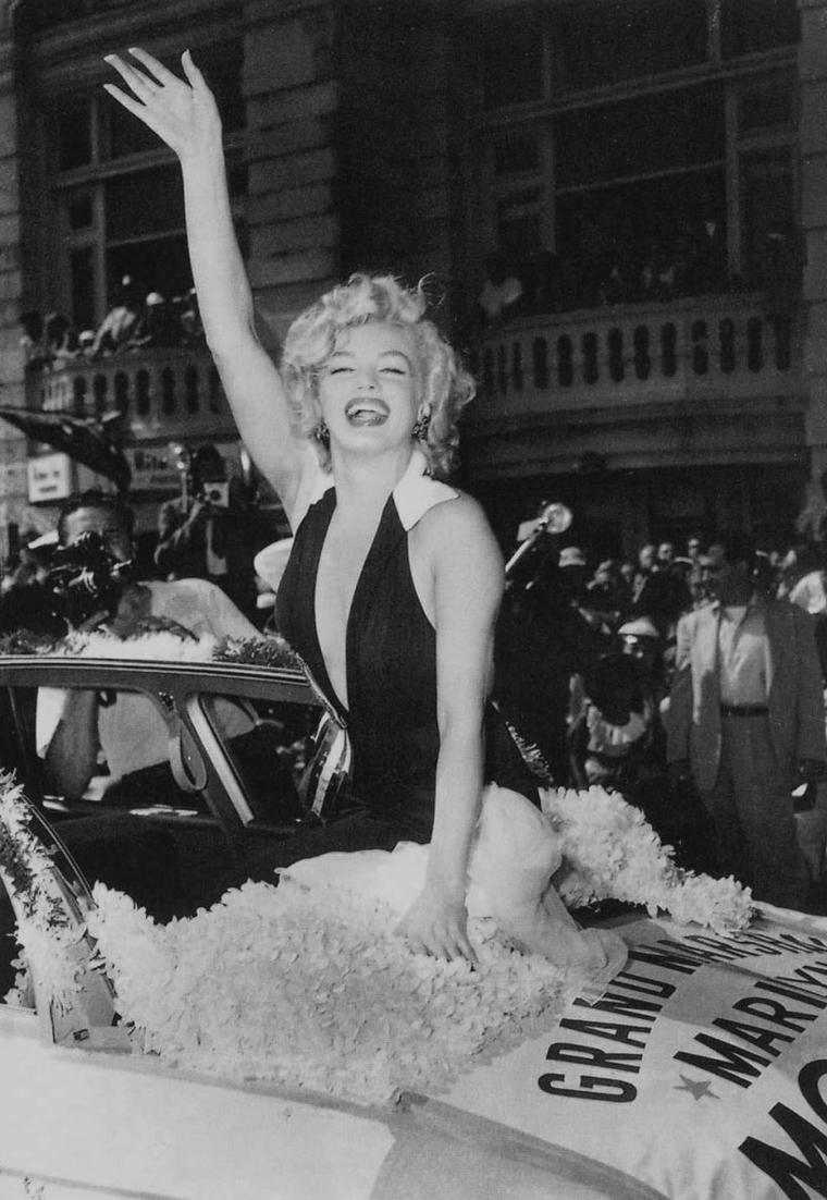 "1952 / Marilyn fait office de ""Grand Marshall"" pour l'élection de Miss America à Atlantic-City... Paradant dans la ville, elle promotionne également la sortie de son film ""Monkey business""."