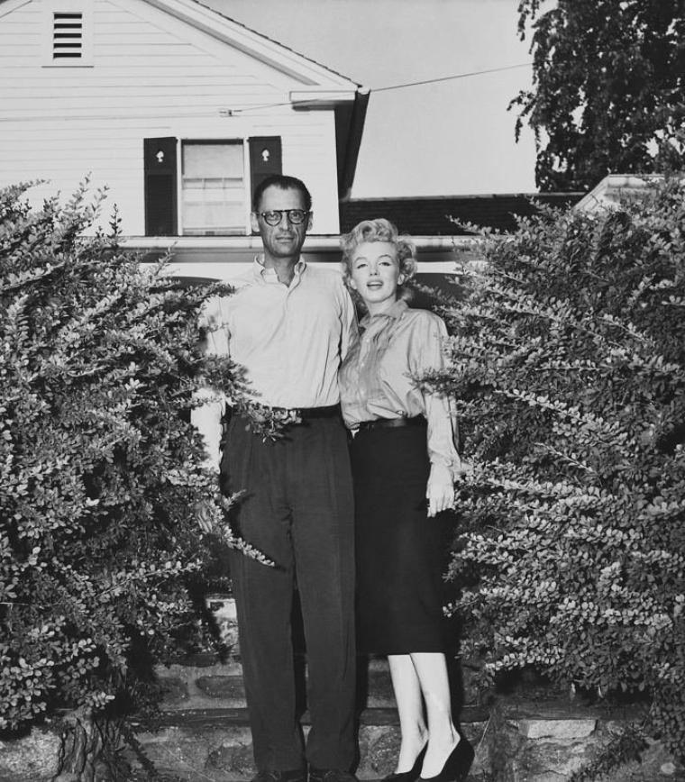 """29 Juin 1956 / Arthur et Marilyn partirent pour South Salem. N'ayant toujours pas de décision de la Commission, ils étaient très tendus. Cette journée fut tragique par le décès de la journaliste Mara SHERBATOFF, chef du bureau new-yorkais de Paris-Match. Les journalistes avaient poursuivi Arthur MILLER et Marilyn en voiture ; ceux-ci devaient aller déjeuner tranquillement avec les parents de MILLER chez le cousin d'Arthur, Morton MILLER, à quelques kilomètres de là. Les journalistes eurent vent du déjeuner familial chez Morton. La voiture des futurs époux MILLER (une Oldsmobile verte) était conduite par Morton MILLER, qui avait accéléré pour échapper aux poursuivants. La voiture de la journaliste accéléra aussi, mais ne connaissant pas la route, avait percuté un arbre. La journaliste, projetée contre le pare-brise avait été grièvement blessée et avait été transportée au """"New Milford Hospital"""". La conférence de presse ne fut pas retardée pour autant et ce fut Milton GREENE, arrivé de Weston, qui les annonça à la presse.  A 16 heures, devant la maison d'Arthur, à Roxbury (Old Tophet Road) dans le Connecticut, Arthur et Marilyn annoncèrent leur  mariage civil. Milton GREENE était également présent. C'est après la conférence de presse qu'ils apprirent le décès de Mara SHERBATOFF que Marilyn considéra comme un mauvais présage. Le mariage civil eut lieu au """"Westchester County Court House"""", à White Plains (comté de Westchester, état de New York), à 19h30, célébrée par le juge Seymour RABINOWITZ et ne dura que quelques minutes. Ce fut Sam SLAVITT, un avocat, ami de MILLER, qui organisa la cérémonie. Y assistèrent Milton GREENE, Lee et Paula STRASBERG, John MOORE (son ami décorateur et couturier), et du côté de MILLER, son cousin Morton (témoin d'Arthur) et sa femme Florence. Sur les papiers à nom du père, Marilyn écrivit Edward MORTENSON.  MILLER avait commandé une bague chez CARTIER, mais n'étant pas prête, il emprunta l'alliance de sa mère Augusta, pour la cérémonie. Sur """