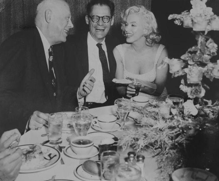 """1957 / Marilyn et Arthur lors de la Première de la pièce de théâtre """"Conversation piece"""", avec pour interprête principale, Joan COPELAND, qui n'est autre que la soeur de MILLER (photo) ; un dîner s'ensuivra au """"Barbizon Plaza Hotel"""". James HASPIEL, fan de toujours de Marilyn, posera avec elle."""