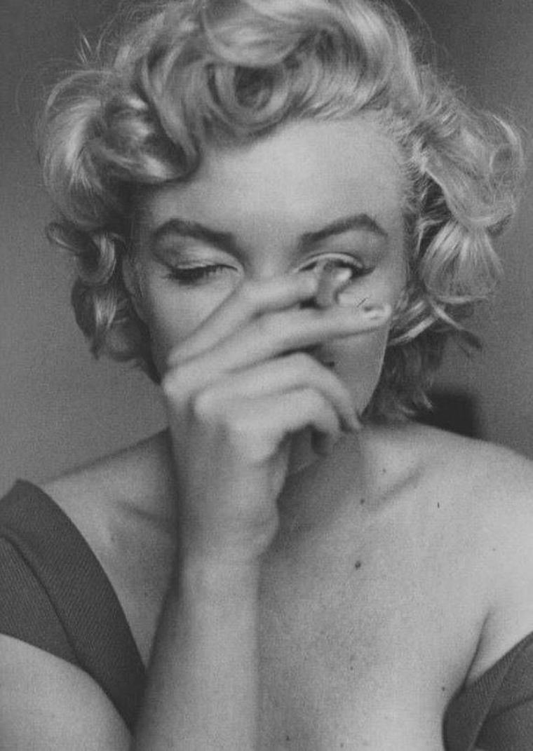 "1952 / by Jock CARROLL... Marilyn fumant une cigarette dans sa chambre d'hôtel à Ontario, lors du tournage de ""Niagara""."