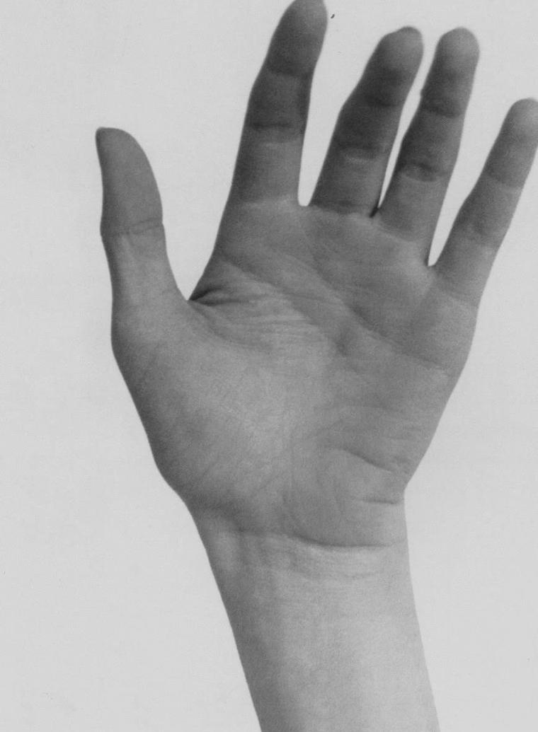 1949 / by Andre De DIENES... La main gauche de Marilyn.