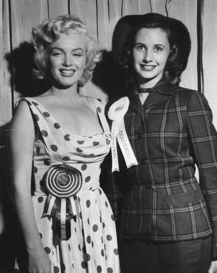 1952 / Marilyn lors de sa visite à Atlantic-City (voir TAG) : Un service du gouvernement lui demanda de poser avec des femmes militaires en uniforme pour une publicité visant à recruter davantage de personnel féminin pour les forces armées. Elle fut sollicitée par un photographe de l'armée pour des séances photos avec de jeunes américaines portant l'uniforme, afin d'encourager leurs concitoyennes à rejoindre l'armée. Elle fut photographiée en robe blanche à pois rouges, penchée à un balcon, exhibant sa féminité, si bien que dès que la photo parut, un texte officiel de l'armée annula la campagne de promotion et retira la photo, la jugeant trop provocante et non adaptée. Elle participa à une conférence de presse et posa avec Miss Alabama 1952.