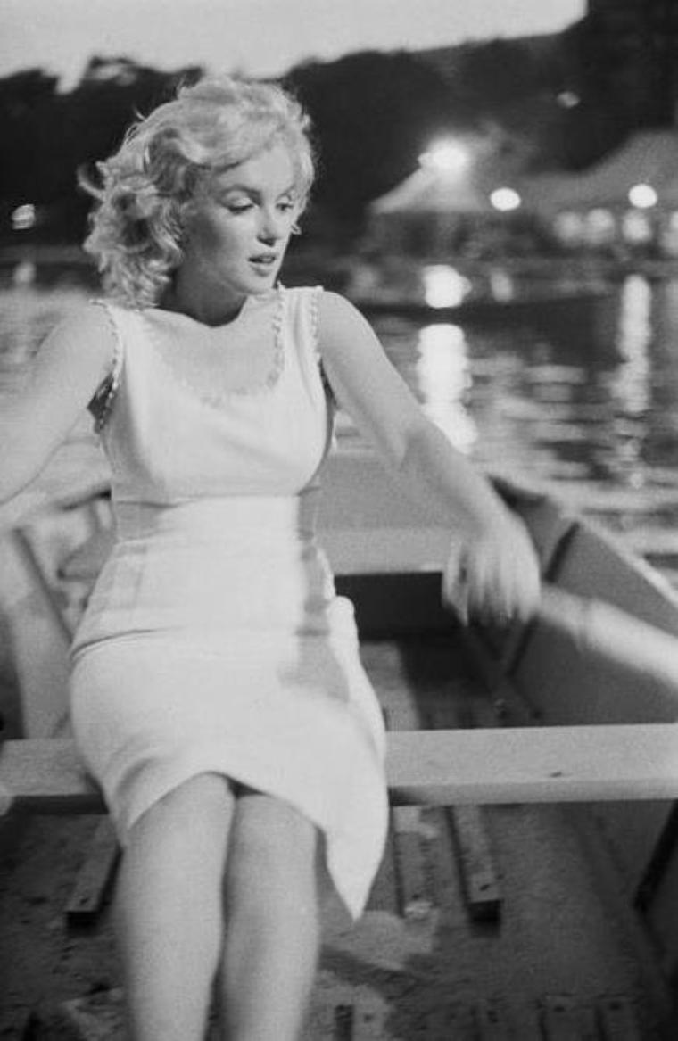 1957 / by Sam SHAW... Marilyn ramant sur le lac de Central park.