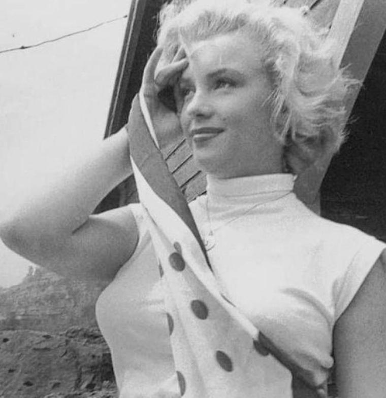"""1952 / by Jock CARROLL... Marilyn en visite à Ontario pour y tourner le film """"Niagara""""."""