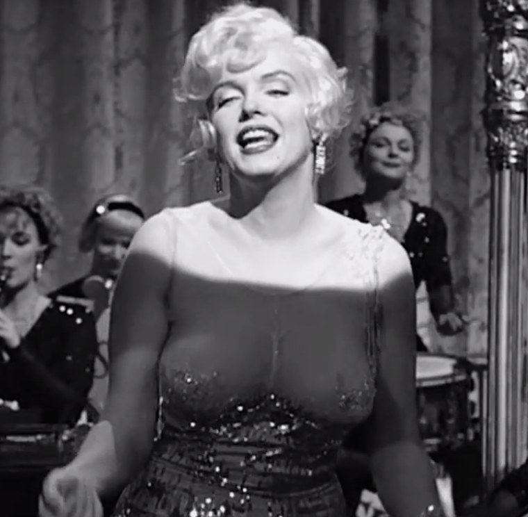 "1959 / Mes captures d'écran de Marilyn chantant ""I wanna be loved by you"" dans le film ""Some like it hot""."