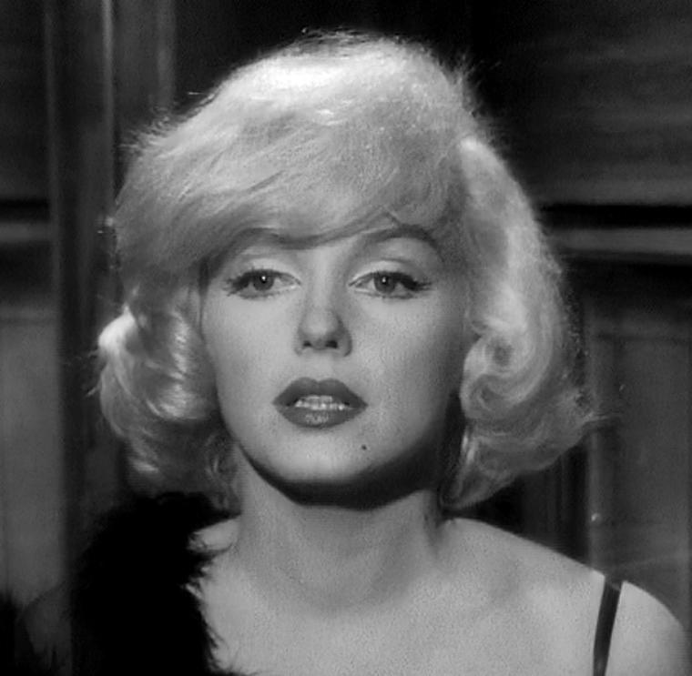 """1959 / Mes captures d'écran de Marilyn dans l'une des scènes du film """"Some like it hot""""."""