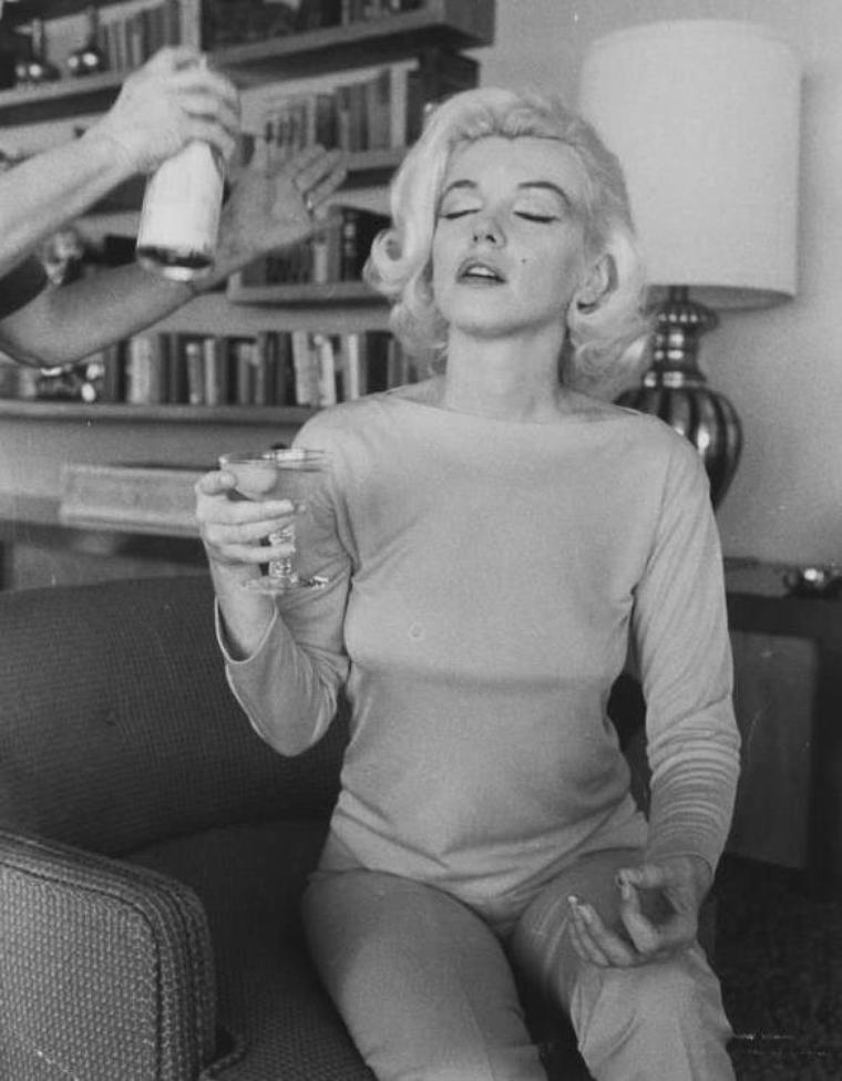 1962 / by George BARRIS... Marilyn se fait coiffer par Agnes FLANAGAN et maquiller par Whitey SNYDER