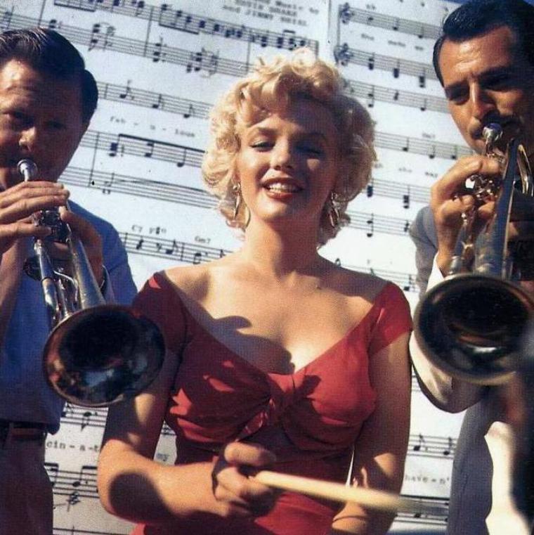 1952 / Marilyn se rendit à San Diego à une réception organisée par la Fox chez le chef d'orchestre Ray ANTHONY pour l'enregistrement de la chanson « Marilyn » par Ervin DRAKE et Jimmy SHIRL. Marilyn, arrivée par hélicoptère, ravit les invités en jouant des percussions sous la direction de  Mickey ROONEY. (part 4, voir TAG).