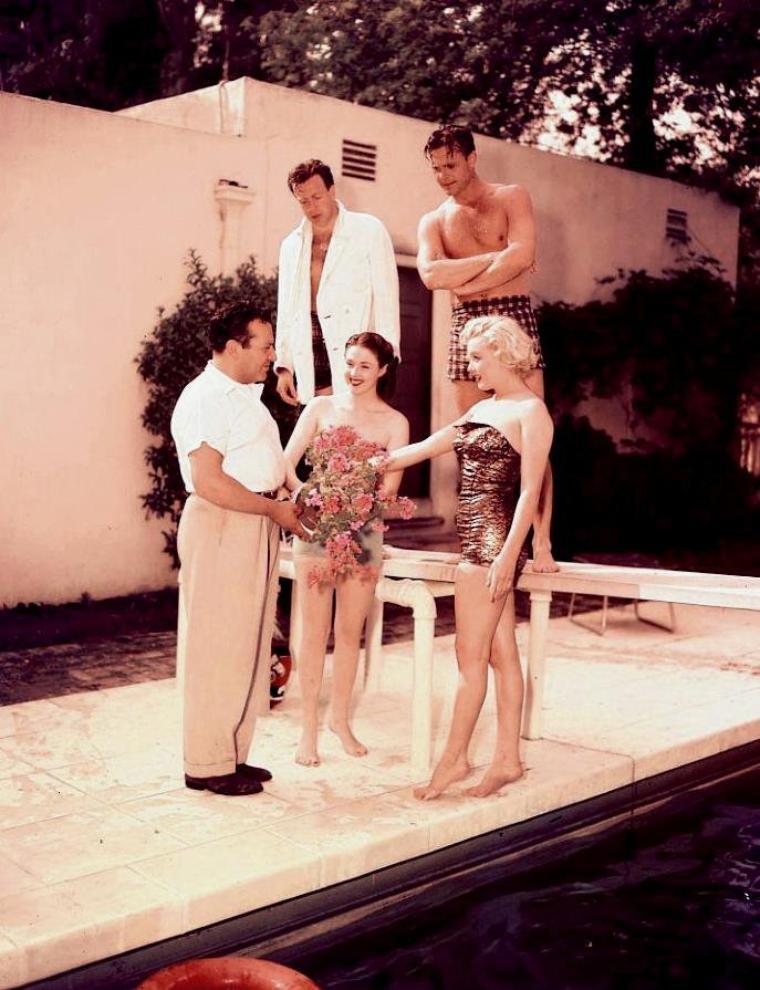 """1951 / by Bob BEERMAN et Earl THEISEN... Marilyn est conviée chez Herman HOOVER, propriétaire du restaurant """"Ciro's"""" à Beverly-Hills, pour une """"party"""" autour de sa piscine ; elle est accompagnée d'autres jeunes acteurs tels que Nick SAVANO, Craig HILL et Mala POWERS. Biensûr, la petite fête se poursuivra en soirée au célèbre restaurant."""