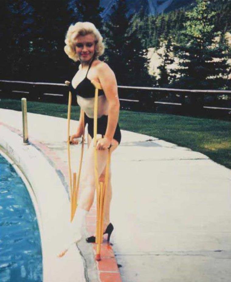 """1953 / by John VACHON... Marilyn à Alberta au Canada, alors qu'elle tourne """"River of no return"""" ; lors d'une scène, Marilyn se fait une entorse en glissant près de la rivière sur des rochers, ce qui ne l'empêche pas de poser toujours avec le sourire..."""