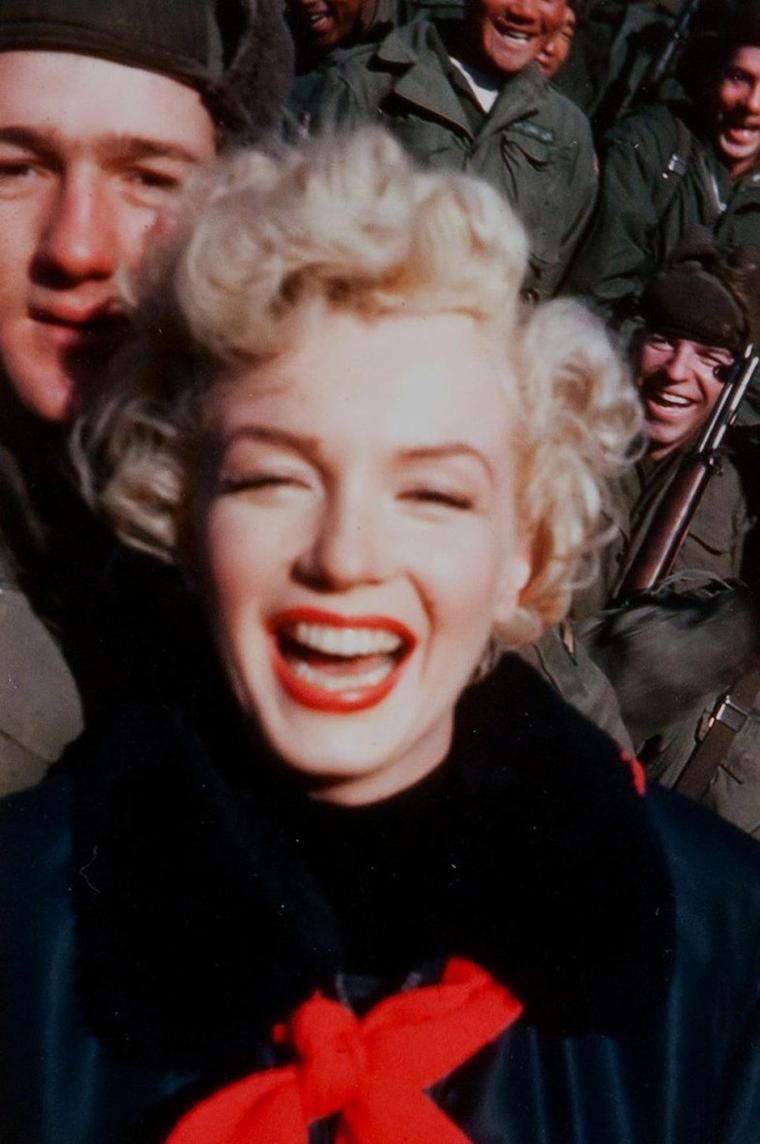 1954 / Marilyn bien emmitouflée en ce mois de Février et les G.I.'s en Corée, lors de son tour de chant qui dura plusieurs jours afin de soutenir le moral des troupes... (part 3, voir TAG).