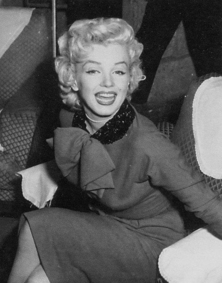 """1954 / Conférence de presse organisée à """"L'Imperial Hotel"""" à Tokyo, lors de la venue de Marilyn et Joe pour leur lune de miel... Le voyage se terminera en Corée par un tour de chants dans divers camps de G.I. pour Marilyn, afin de remonter le moral des troupes..."""